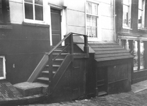 1980-1746 De Zevenhuissteeg met het pand met buitentrap op nr. 4 , ter hoogte van nr. 6b winkel in boter en kaas van ...