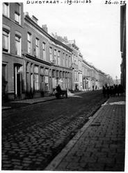 1980-1759 Gezicht in de Dijkstraat.Ter hoogte van de panden met nummers 129-131-133.