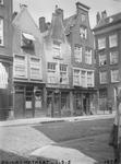1980-1763 Gezicht in de Prinsenstraat met de huisnummers 1-3-5, op de hoek van de Lange Baanstraat.