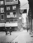 1980-1766 In de Prinsenstraat ter hoogte van het huisnummer 39, op de hoek van de Lange Pannekoekstraat.