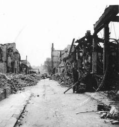 1980-1786 Gezicht in de door het Duitse bombardement van 14 mei 1940 getroffen Pannekoekstraat. Gezien uit ...