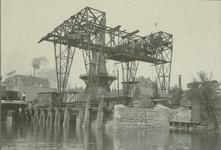 1980-3494 Het Gemeente Gasbedrijf met kolenlosplaats aan de Admiraliteitskade, nabij de Infirmeriestraat. op de ...