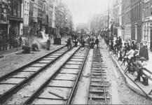 1980-3512 Het leggen van tramrails op de Botersloot.