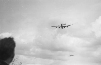 1980-5529 Geallieerde bommenwerper, gefotografeerd tijdens voedseldroppings bij Terbregge.