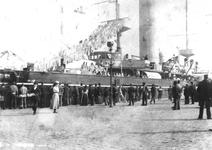 1981-1078 Oorlogsschip (waarschijnlijk de HM Evertsen) liggend aan de Boompjes, tijdens de werkstaking in 1900.