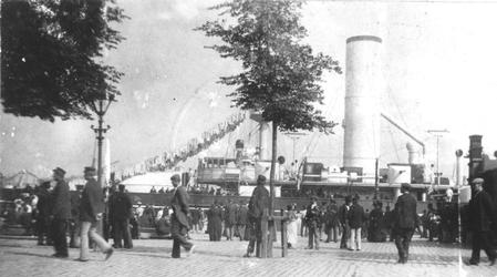 1981-1079 Oorlogsschip (waarschijnlijk de HM Evertsen) liggend aan de Boompjes, tijdens de werkstaking in 1900.
