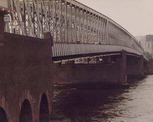 1981-1680 Gezicht op de Willemsbrug over de Nieuwe Maas, in de richting van Rotterdam-Centrum.