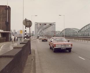 1981-1681 De Willemsbrug en rechts de spoorbrug over de Nieuwe Maas, met op de achtergrond Rotterdam-Centrum, gezien ...