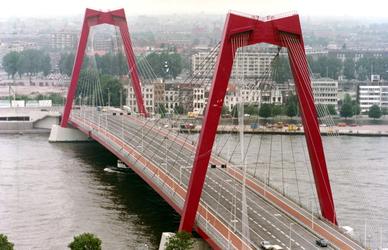1981-1839 De Willemsbrug over de Nieuwe Maas, gezien vanaf een van de heftorens van de spoorbrug over de Koningshaven.
