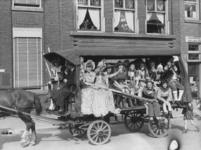 1981-2309 Paard en wagen met verklede kinderen op de oostzijde van de Schiekade ter hoogte van huisnummer 118.