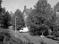 1981-2723 De Oostzeedijk Beneden 103 t/m 109. Rechts de Assendelftstraat.