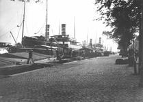 1981-323 Opgelegde schepen liggend aan de Boompjes tijdens de Eerste Wereldoorlog.