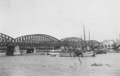 1981-750 Gezicht vanaf de Maaskade op de Nieuwe Maas met links de spoorbrug en de Willemsbrug en aan de overzijde het ...