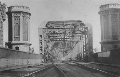 1981-751 Gezicht op de spoorbrug over de Nieuwe Maas aan de zijde van de Boompjes.