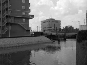 1981-826 Buizengat, met aan de linkerzijde de woonflats tussen de voormalige Boslandsbrug en Admiraliteitsbrug. ...