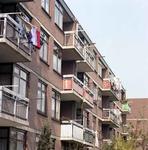 1982-1437 De achterkant van woningen aan de Feijenoordkade.