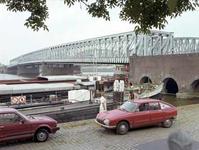 1982-1438 De achterkant van woningen aan de Feijenoordkade.