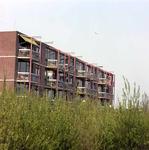 1982-1439 De achterkant van woningen aan de Feijenoordkade, gezien vanaf de Feijenoordbrug.