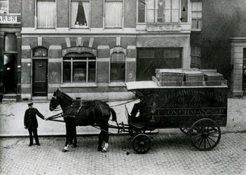 1982-1763 Paard en wagen voor het ophalen van de was bij Stomerij de Zon van F. Overmans Jr. aan de Crooswijkseweg.