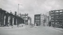 1982-1798 Restanten van het verzamelgebouw Plan C en andere gebouwen aan de Oudehavenkade na het Duitse bombardement ...