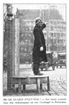 1982-2450 Een verkeersagent op een speciaal voetstuk op de Coolsingel. Op de achtergrond is het gebouw van de ...