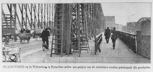 1982-2466 Een aanpassing aan de Willemsbrug. Het voetgangersdeel wordt verkleind ten gunste van de fietsers.