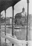 1982-2493 Zicht op de Posthoornsteeg en de Lutherse kerk.