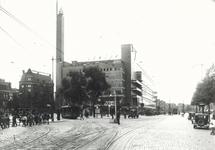 1982-2671 De Coolsingel en het Calandplein in de richting van de Schiedamsesingel met warenhuis de Bijenkorf.