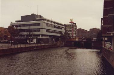 1982-2778,-2779 De Delftsevaart.Op de achtergrond o.a. de Hoogstraat, de Vlasmarkt en een flatgebouw aan de ...