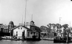 1982-3315 Het gebouw van de rivierpolitie. Op de achtergrond links het SVZ-gebouw aan de Sint-Jobsweg.
