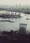 1982-3582 Gezicht vanaf de Euromast op de Nieuwe Maas.Op de voorgrond links het roltrappengebouw en rechts het ...