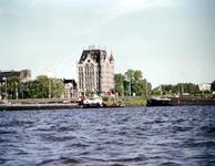 1982-3602 Gezicht op de Nieuwe Maas, bij het Bolwerk met op de achtergrond het Witte Huis aan de Wijnhaven.