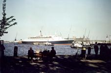 1982-3624,-3625 Gezicht vanaf de Veerhaven op de Nieuwe Maas en aan de overzijde het terrein van de Holland-Amerika ...