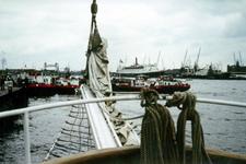 1982-3655 De Nieuwe Maas bij de Westerkade-Veerhaven met rechts de Wilhelminakade met het terrein van de ...