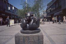 1982-4086 De Lijnbaan, het beeld Spelende beertjes van kunstenares Anne Grimdalen.