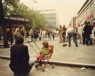 1982-4113 Gezicht op het Beursplein met straatmuzikant.
