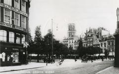 1982-428 Zicht vanaf het Westnieuwland op de Grotemarkt, op de achtergrond de toren van de Sint-Laurenskerk.