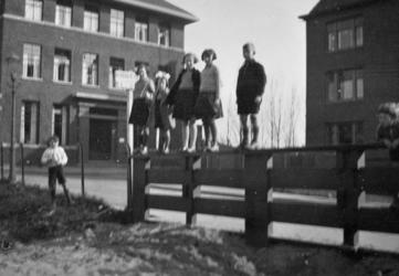 1982-507 Spelende kinderen aan de Kortekade.