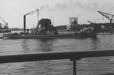 1982-530 Een baggermolen en drijvende bokken op de Nieuwe Maas.Rechts op de achtergrond de hoek Parkhaven-Parkkade met ...