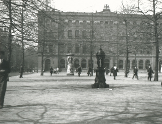 1982-716 Het Beursplein met op de voorgrond het Wallace fontein De Vier Gratiën en op de achtergrond het postkantoor.