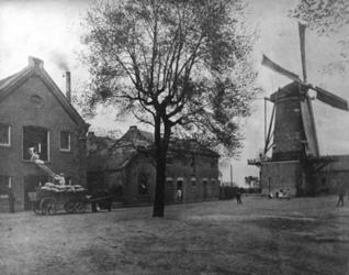 1982-923 Meelfabriek (stoombloemmolen) en korenmolen van Van Beest & Zonen. Links fabriek (volgens adresboek 1898) aan ...