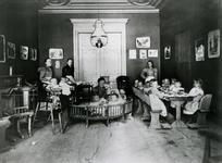 1982-945 Kinderopvang Vrede (met de vier verzorgsters) op nummer 127 aan de Goudse Rijweg.