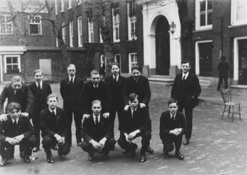 1983-1000 Voetbalteam ABS bestaande uit weesjongens van het Gereformeerd Burger Weeshuis aan de Goudsewagenstraat.