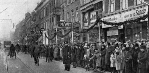 1983-133 Publikatiefoto betreffende de opening van de lichtweek door de winkeliers aan de Jonker Fransstraat.