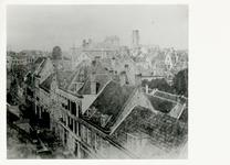 1983-1535 De Baan, rechts daken van huizen aan de Schiedamsedijk.Op de achtergrond in het midden het dak van het ...