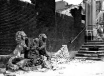 1983-171 Gezicht op de door het Duitse bombardement van 14 mei 1940 getroffen Boompjes met de puinresten van het ...