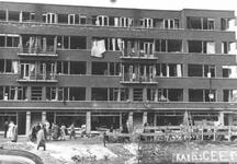 1983-172 Gezicht op de Schieweg, met een beschadigd gebouw getroffen en veroorzaakt na 14 mei 1940. In juni 1940