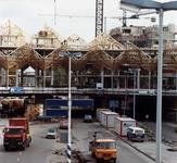 1983-2396 Gezicht op de Blaak en de bouw van de kubuswoningen aan de Overblaak.