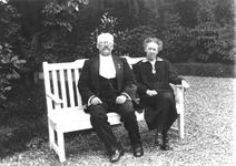1983-3260,-3261 Kostersechtpaar Zindel van de Waalse kerk aan de Boshoek.J.J. Zindel was koster van de Waalse kerk tot ...