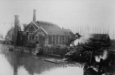 1983-3281 Brand bij de firma van de Wetering aan de Oostkousdijk nr. 101. Op de voorgrond de Middenkous, oever aan de ...